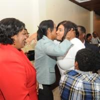 Mercedes Castillo y Teresa Durán felicitan a nuestra editora Arelis Reynoso