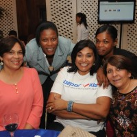 Xiomara Estevez, Teresa Durán, Belkis Aquino, y la Arquitecta Kenia Duluc posan junto a Arelis Reynoso
